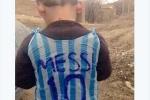 Cậu bé nghèo tự chế áo thần tượng Messi từ rác