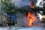 Cột điện cháy dữ dội, lan sang nhà dân