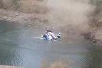 Khoảnh khắc xe đua gặp nạn lao xuống hồ