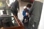 Clip: Kinh hoàng bé 1 tuổi bị thang cuốn kẹp nát 5 ngón tay