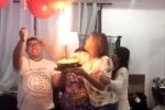 Clip: Cầm bóng bay đốt pháo bông trong bữa tiệc và cái kết kinh hoàng