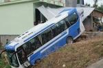 Xe chở đội bóng U19 Bình Định tông sập mái hiên nhà dân, lao xuống lề đường