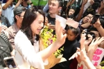 Hồ Hạnh Nhi thân thiện, bị fans vây kín khi vừa đến Việt Nam