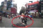 Clip: Tạt đầu ô tô, cô gái ngã văng khỏi xe máy