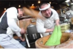 Clip: Choáng với tốc độ giã bánh Mochi 'thần sầu' của đầu bếp Nhật Bản