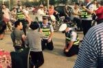 Video: Cảnh sát giao thông cúi đầu, quỳ gối trên phố