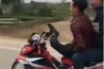 Clip: Thanh niên lái xe máy bằng 1 chân, coi rẻ mạng sống