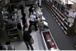 Clip: Băng trộm lao vào cửa hàng, 'vơ vét' 50 khẩu súng trong 3 phút