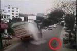 Clip: Bẻ lái tránh em bé, xe tải lật thảm khốc