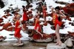 Người mẫu Tứ Xuyên mặc yếm đỏ gợi cảm bên suối nước nóng