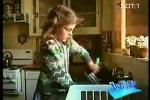 Clip: Mẹ 'té ngửa' khi con gái chăm làm việc nhà đột xuất