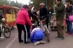 Clip: Đâm vào xe cụ già, cậu học sinh bị tát, bắt quỳ gối