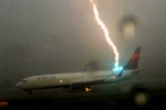 Video: Cận cảnh máy bay bị sét đánh trên đường băng