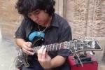 Clip: Thán phục 'thánh' gảy guitar với 'tốc độ ánh sáng'