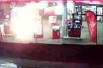 Clip: Kinh hoàng người đàn ông châm lửa tự thiêu tại cây xăng