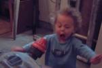 Video: Biểu cảm 'khó đỡ' của trẻ em lần đầu tiếp xúc với máy hút bụi
