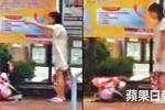 Clip bé 6 tuổi dập đầu quỳ lạy mẹ trên phố gây phẫn nộ