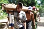 Hình ảnh 'người rừng' hớn hở xây nhà mới