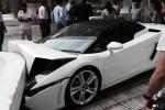 Lễ tân khách sạn đâm nát siêu xe Lamborghini