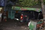 Ôtô tông sập nhà lúc rạng sáng, bé trai 3 tuổi nguy kịch