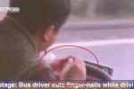 Clip: Tài xế xe buýt vừa lái xe vừa… cắt móng tay