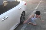 Clip: Thanh niên lấy thân mình 'lót đường' cho ôtô và cái kết thảm