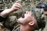 Sốc với bài tập ăn bọ cạp, thằn lằn sống của lính Mỹ
