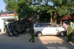 Xe ô tô nổ lốp tông xe tải ven đường, 3 người chết tại chỗ