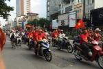 Clip nóng: CĐV Việt Nam diễu hành về Mỹ Đình