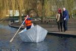 Kỳ lạ thuyền giấy chở người nổi trên mặt nước
