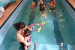 Chi tiền triệu cho con dưới 1 tuổi học bơi kiểu Tây