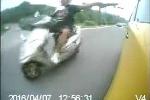 Clip: Lái môtô hùng hổ vác dao rượt theo chém taxi và cái kết đắng