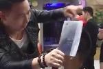 Choáng váng clip cắt tóc bằng… dao phay, bật lửa