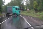 Clip: Mất lái trên đường trơn, xe tải suýt nghiền nát xe con