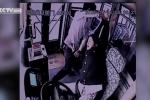Clip: Nhắc nhở nam hành khách hút thuốc, nữ tài xế bị hành hung dã man