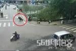 Clip: Trâu điên đuổi người trên phố