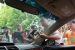 Lần đầu tiên Việt Nam dán thẻ thu phí không dừng cho ô tô