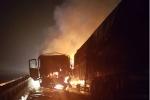 2 container lao thẳng vào nhau nát bét, lửa bùng cháy dữ dội trên cầu