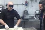 Clip: 'Siêu đầu bếp' bịt mắt thái hành nhanh như chớp
