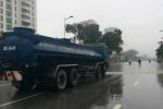 Mưa phùn cả ngày, xe môi trường vẫn phun nước rửa đường