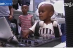 Clip: DJ 2 tuổi đóng bỉm chơi nhạc cực hay