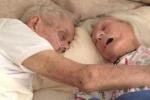 Clip: Tình yêu bất diệt của đôi vợ chồng già chết trong vòng tay nhau