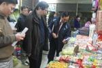 Thu giữ bánh kẹo 'trôi nổi' ở chợ Đồng Xuân