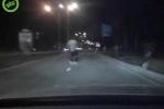 Cười vỡ bụng clip 'ma men' đi xe đạp kiểu 'quằn quại' trên đường