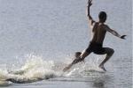 Video: Nhà sư Thiếu Lâm Tự chạy 125m trên mặt nước phá kỷ lục thế giới