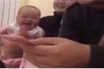 Clip: Em bé cười 'như được mùa' khi bố đếm tiền