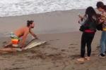 Clip: Thanh niên 'sống ảo' túm đuôi cá mập kéo lên bờ để chụp ảnh 'làm màu'