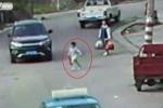 Clip: Mẹ mải xách đồ để con chạy qua đường bị ôtô cán