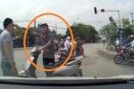 Clip: Gặp phải tài xế 'cứng', thanh niên vượt đèn đỏ lĩnh 'trái đắng'