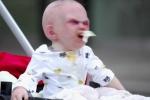 Em bé mặt quỷ làm náo loạn đường phố